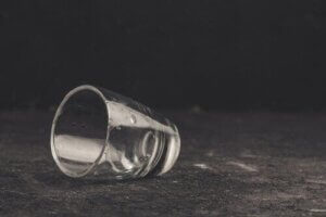 Oszukiwanie samego siebie i alkoholizm: co je łączy?