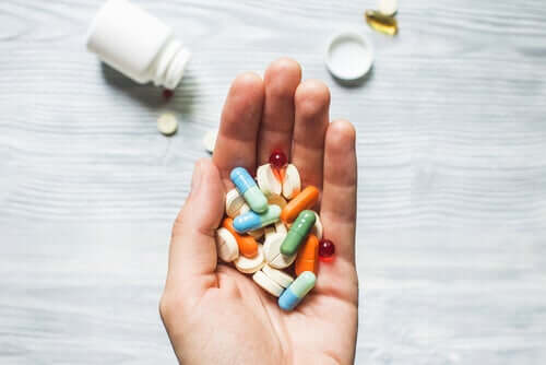 Ręka z tabletkami