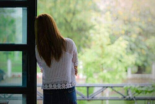 Samotność matki - kobieta patrzy przez okno