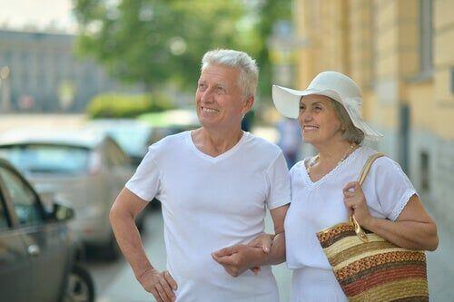 Seniorzy na ulicach miasta