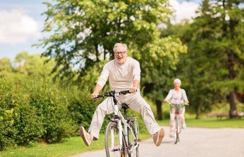 Starsza para na wycieczce rowerowej