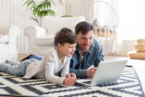 Tata z synem przed laptopem