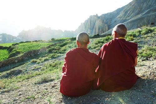 Tybetańscy mnisi wpatrzeni w horyzont