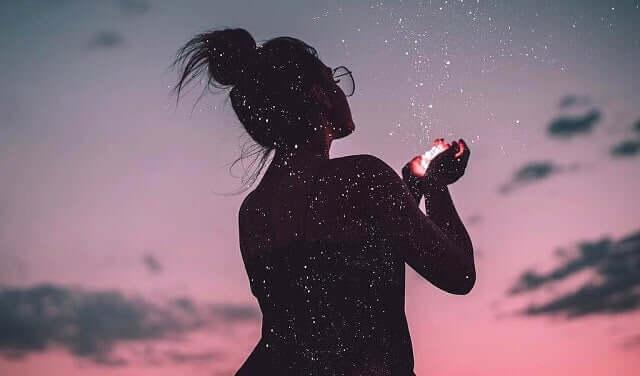 Dziewczyna o zachodzie słońca