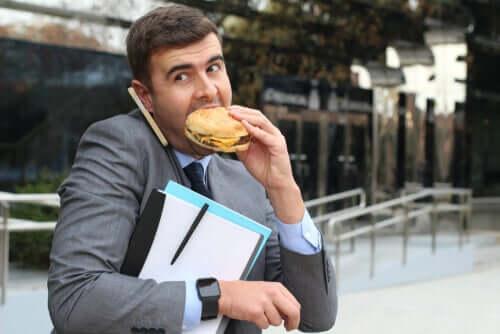 Mężczyzna jedzący hamburgera