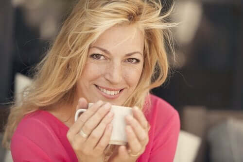 Kobieta pijąca herbatę
