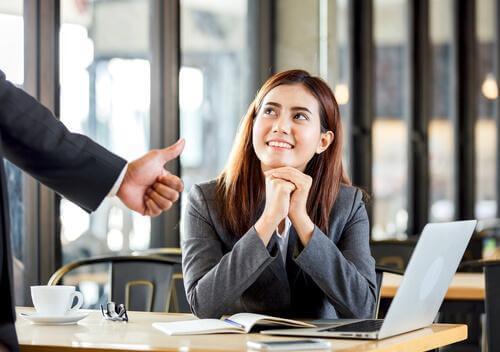 Kobieta otrzymuje pochwały w pracy