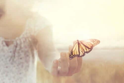 Kobieta trzymająca motyla