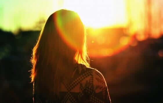 Kobieta na tle zachodzącego słońca