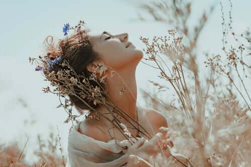 Kobieta z kwiatami - wierzę w siebie