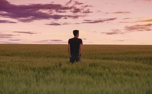 Mężczyzna w polu