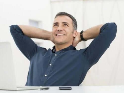Szczęśliwy mężczyzna - osoby w wieku średnim