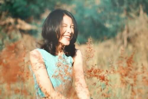 Uśmiechnięta kobieta w polu