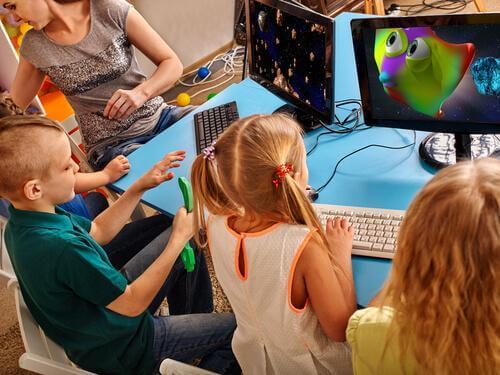Dzieci grają w gry na komputerze w klasie