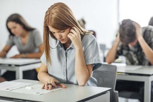 Dziewczyna pisząca sprawdzian