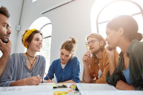 Grupa studentów bierze udział w debacie