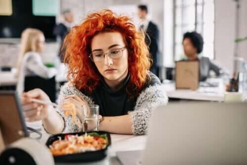 Jedzenie z nudów, dlaczego do niego dochodzi?