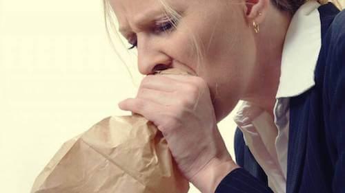 Kobieta z papierową torebką