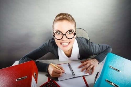 Kobieta z szalonym wyrazem twarzy - zombie w pracy