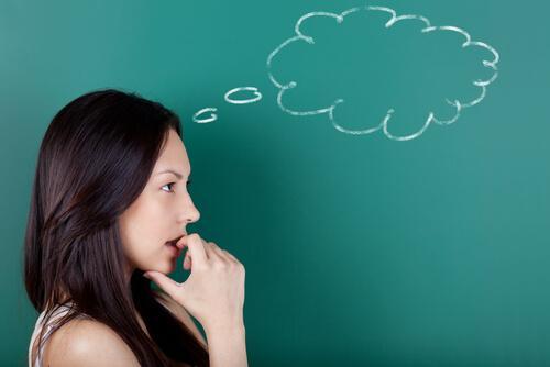 Kobieta zastanawia się - technika intencji paradoksalnej