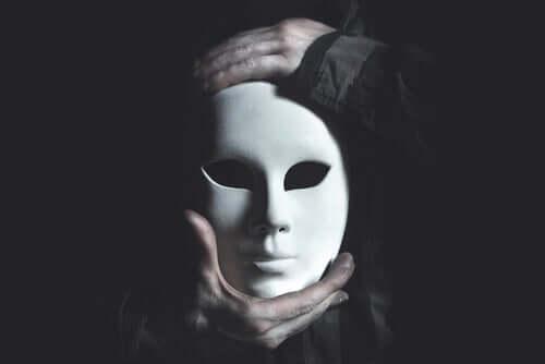 Maska w dłoniach