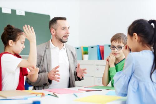 Nauczyciel i uczniowie w klasie