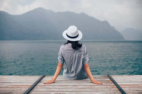 Kobieta na brzegu morza