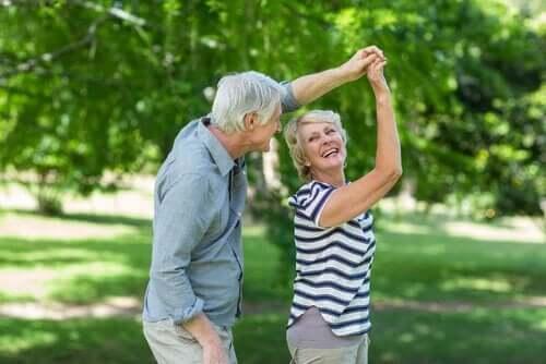 Seniorzy w parku