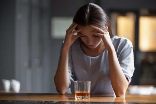 Kobieta nad szklanką alkoholu