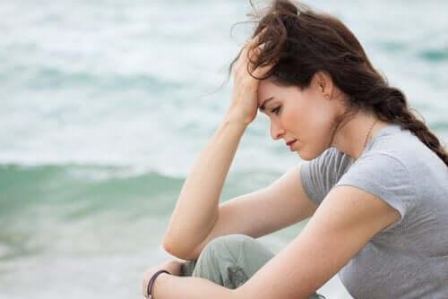 Smutna kobieta na tle morza - cytaty Ernesta Hemingwaya