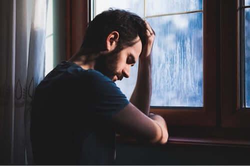 Smutny mężczyzna przy oknie