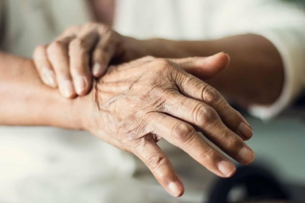 Dłoń starszej osoby
