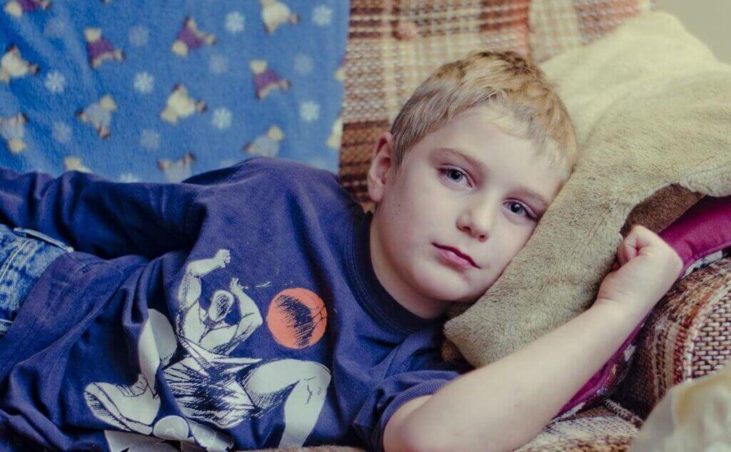 Chłopiec na kanapie