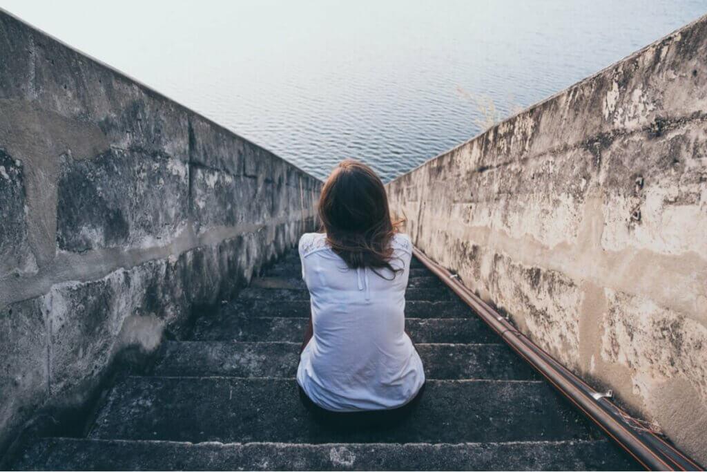 Kobieta siedząca na schodach