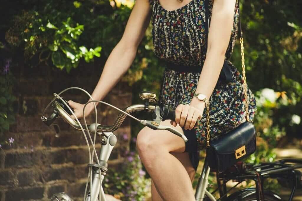 Kobieta n starym rowerze