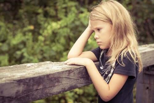 Dziewczynka odczuwa lęk przed matematyką