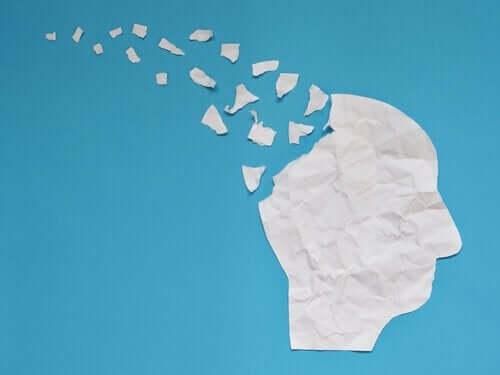 Głowa rozpada się na kawałki papieru