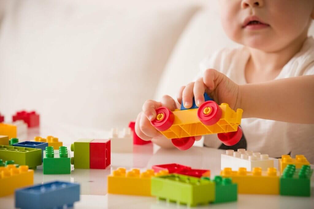 Dziecko bawi się klockami
