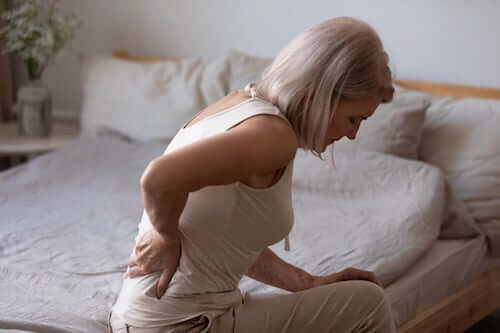 Kobieta z bólem pleców