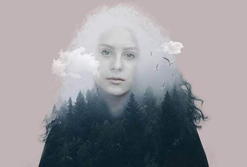 Kobieta z chmurami