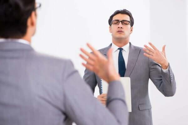 Mężczyzna ćwiczący przemowę
