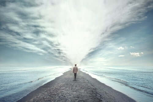 Mężczyzna idący w kierunku morza