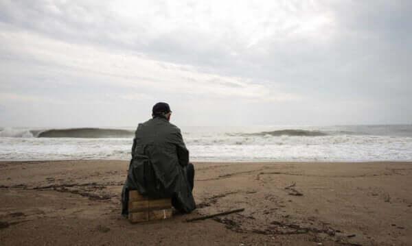 Mężczyzna siedzący nad morzem