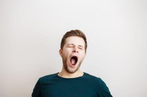 Mężczyzna ziewa - dlaczego ziewanie jest zaraźliwe