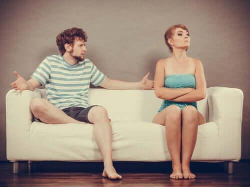 Para kłóci się na sofie