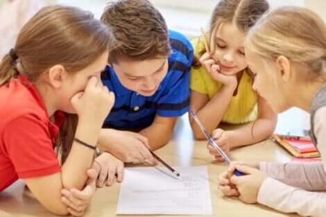 Dzieci w klasie pracują w grupie