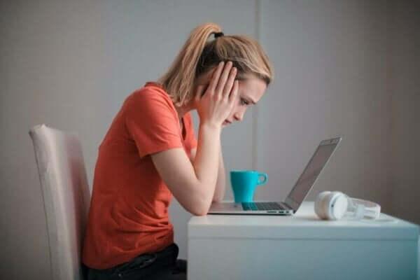 Smutna kobieta przed laptopem