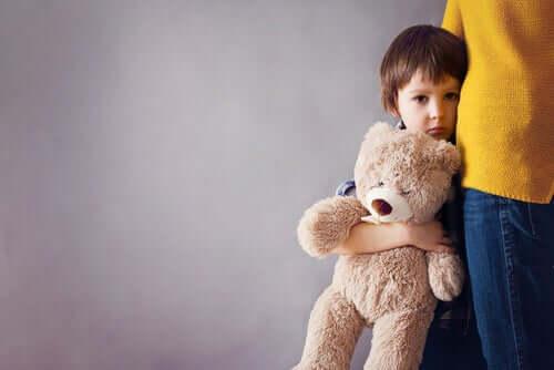 Smutny chłopiec trzyma misia