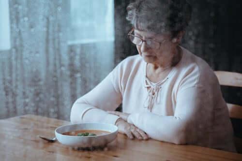 Starsza kobieta nad talerzem