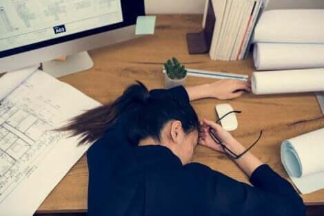 Kobieta leżąca na stole i zastanawiająca się, dlaczego nie mogę przestać zwlekać?